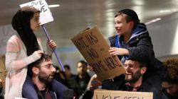 「宗教が違っても私たちは一つ」イスラム教とユダヤ教の親子が、デモで手を取り合った