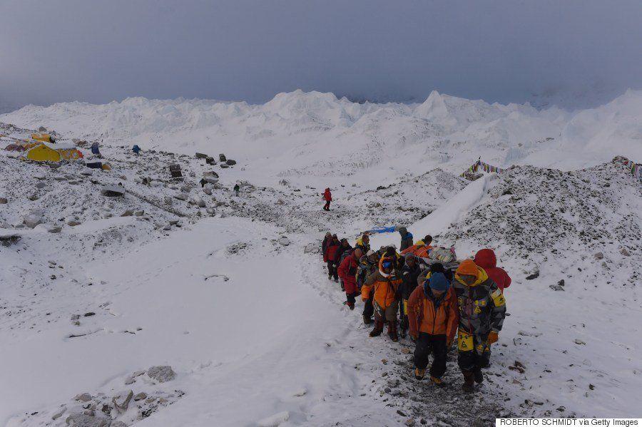 エベレストで大規模な雪崩 戦慄の現場を捉えた【ネパール大地震】