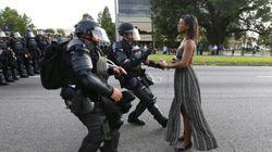 黒人女性、機動隊の前に静かに立ちふさがる【黒人射殺の抗議デモ】