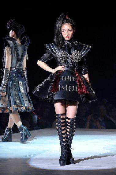 異色コラボに驚き!現代女性に捧ぐ「戦う女」服に意外な素材、文化学園大学のショーで提案