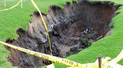 スコットランドのゴルフ場に巨大な陥没穴が出現(画像)