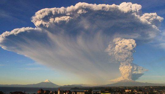 空を覆いつくす噴煙 チリのカルブコ火山が噴火(画像集)