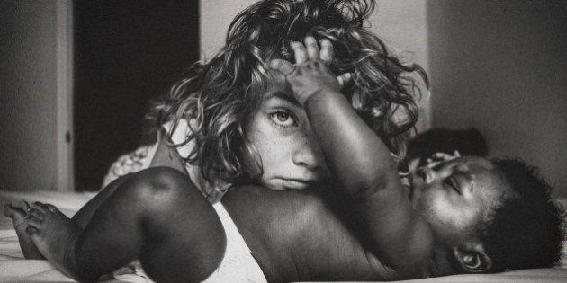 異なる人種の赤ちゃんを養子に迎えた家族、彼らには「愛の力」がみなぎっている(画像)