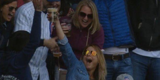 ボールをビールカップでキャッチした女性は、注目を浴びているとわかった瞬間に...(動画)