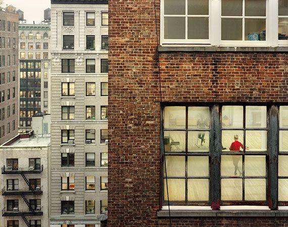 アパルトマンの窓の向こうにある日常が美しい パリで写真展が開催中