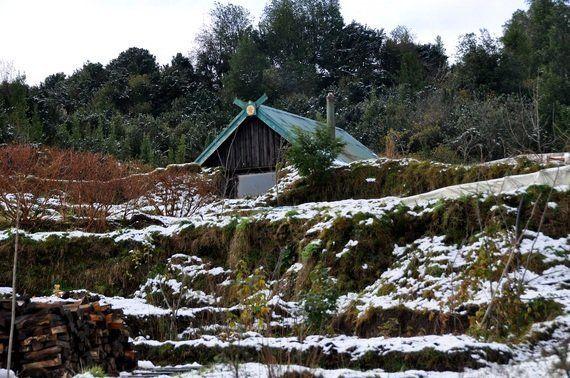パタゴニアの冬を暖かく過ごすために作ったのは、土に埋もれた家だった