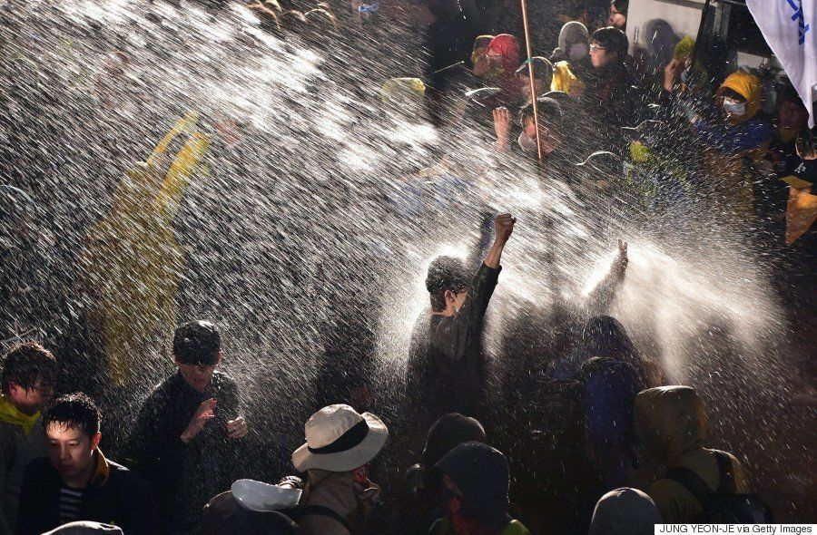 セウォル号沈没事故の追悼集会で遺族らが警察と衝突 およそ100人が連行される