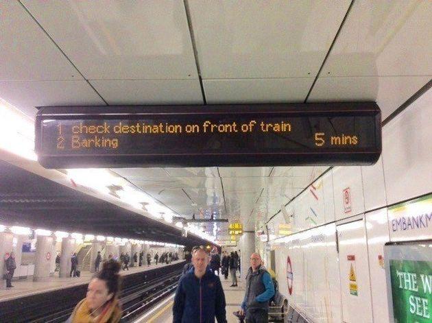 思わず2度見してしまった駅の電光掲示板 え、行き先が書いてない?(画像)