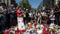 バルセロナの街はテロに屈しない。「ビバ・エスパーニャ!」「私は恐れない!」黙祷の後で人々は叫んだ(ルポ)