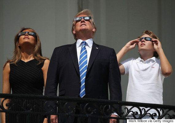 「見ないで!」トランプ大統領、皆既日食で注意される