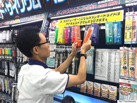 取材の合間にも手際よく商品を整理する岡さん