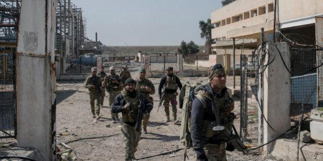 MOSUL, IRAQ - FEBRUARY 23: Iraqi Emergency Response Division (ERD) soldiers advance on the Islamic State...