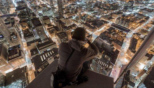 超高層ビル上で撮影する「ルーフ・トッパー」たち