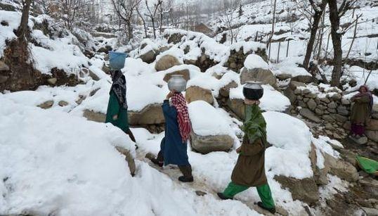 インド・カシミール 25年ぶりの大雪がもたらした神秘的な光景(画像集)