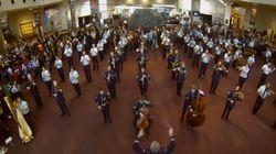 アメリカ空軍音楽隊、クリスマスソングで博物館来館者をサプライズ!