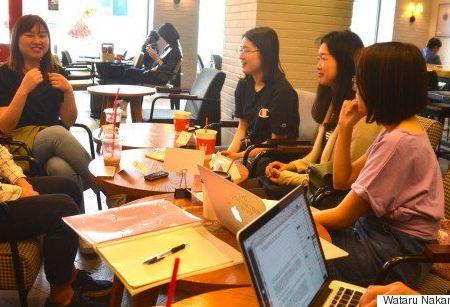 意見交換をする日韓学生。左からN、イ・ヒョンジョン、キム・ソンジュ、宮嶋友美、小室翔子の各氏=掲載写真はすべて5月10日、ソウル