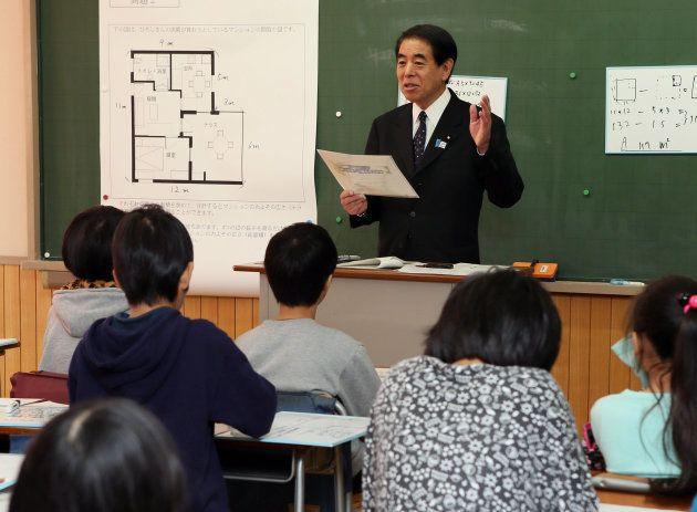 土曜授業促進のため、野球のイチロー選手の作文を題材に授業を行う下村博文文科相=2013年12月14日