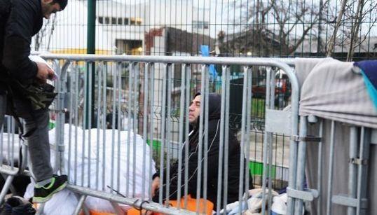 パリの路上で、難民は寒さに震えて眠る 受け入れ体制が整っているはずの街で何が起きているのか【ルポ】