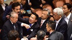 安保法案、参院特別委で可決 福山哲郎議員「認められない」