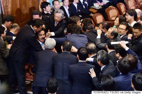 【安保法案】「セクハラ作戦」に「だまし討ち」...国会はどんな状況なの?(画像)