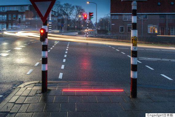 歩きスマホ対策の埋め込み型信号「+Lightlines」、オランダに設置