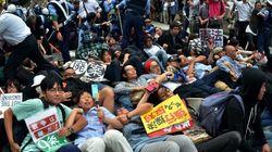 【安保法案】地方公聴会で反対デモ 寝転び抗議で委員長の車が動けず(動画・画像)