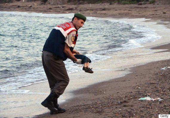アイラン・クルディ君の遺体を運ぶトルコ憲兵