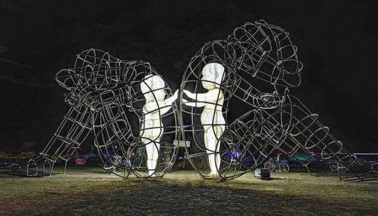 私たちが囚われているのは、私たち自身 巨大な彫刻が語りかける【画像】