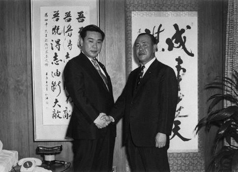 昭和44年、衆院選挙で初当選を果たし田中角栄自民党幹事長(右)と握手する羽田孜氏。撮影日:1969年