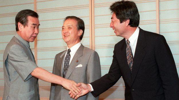 「新・新党」結成へ向けての政策協議を提言するため、新生党の羽田孜党首(左)と日本新党の細川護熙代表(右)と会談に入る海部俊樹元首相(中央)(東京・虎ノ門のホテルオークラ) 撮影日:1994年07月25日
