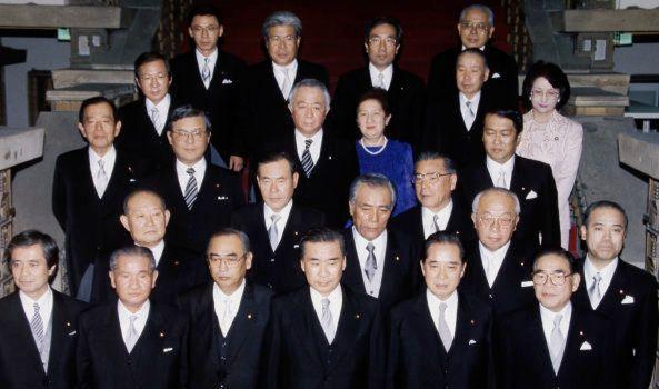 組閣後、記念撮影する羽田内閣の閣僚。最前列右から3人目が羽田孜首相(東京・首相官邸)撮影日:1994年04月28日
