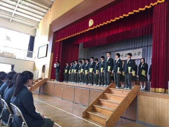 【東北から九州へ】仮設校舎で学ぶ宮城県の中学生たちが「くまモン」掲げ、義援金集め
