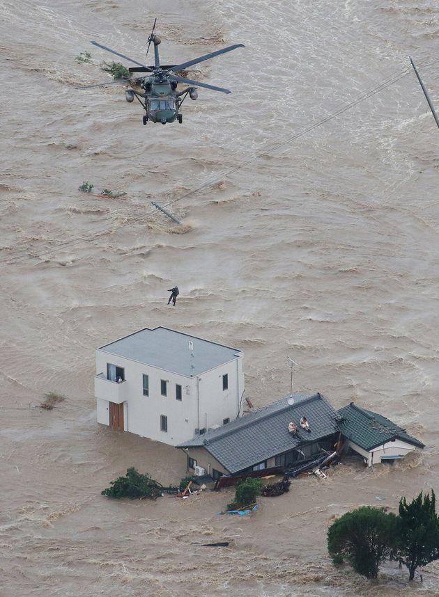 ベランダや屋根の上で救助を待つ逃げ遅れた人たち=2015年09月10日午後3時39分、茨城県常総市[時事通信ヘリより]