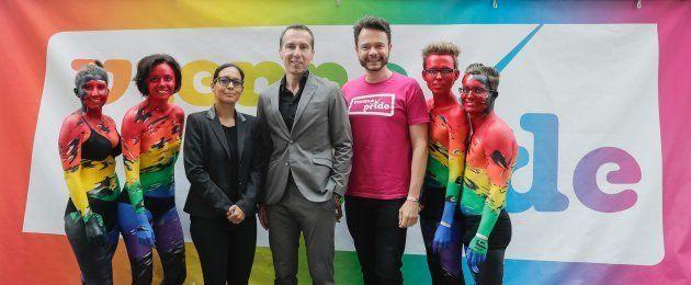 クリスティアン・ケルン首相とヘーグルさん。Am 17. Juni 2017 nahm Bundeskanzler Christian Kern (m.) an der Regenbogenparade 2017 in Wien teil.