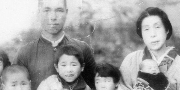 サハリン(旧樺太)に移住した両親やきょうだいらと写る降籏信捷さん(左から3人目)一家
