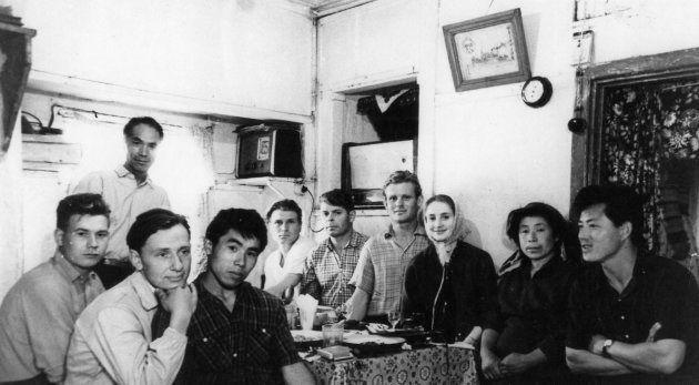 工場の同僚たちと食事する降籏さん(右端)
