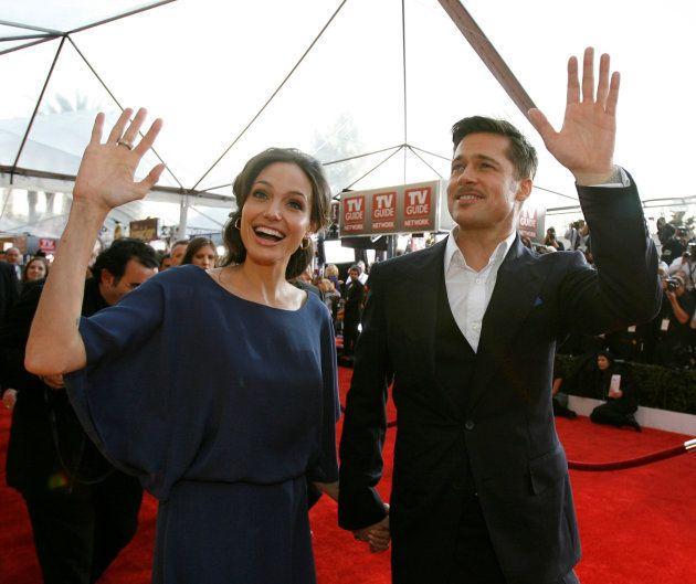 映画俳優組合賞のレッドカーペットで手を振る、アンジェリーナ・ジョリーとブラッド・ピット(2009年1月25日撮影)