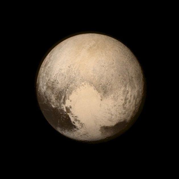 探査機ニューホライズンズが撮影した冥王星。ハート形の右上の地形が「はやぶさ大地」