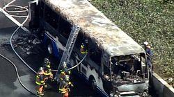 新東名高速で、バスが火に飲み込まれた。