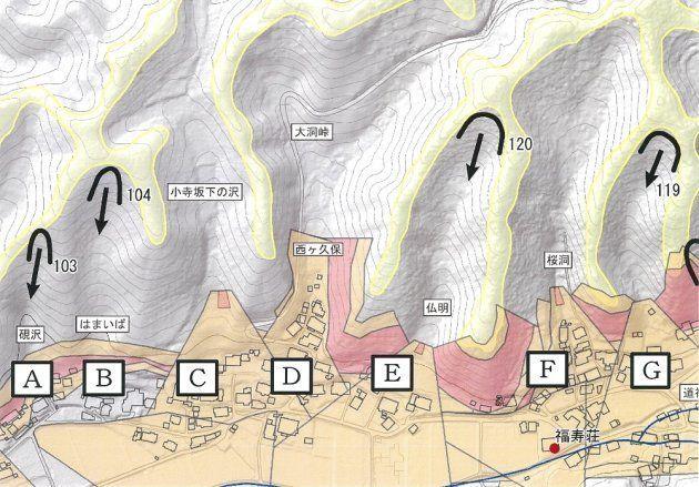 崩壊危険箇所(馬蹄形+流下方向の矢印)を明示した辰野町沢底区の防災マップ。集落ごとの危険度をより的確に判断できる〈A、B: 土砂災害警戒区域外だが、被災の危険度が高い。C、D、F: