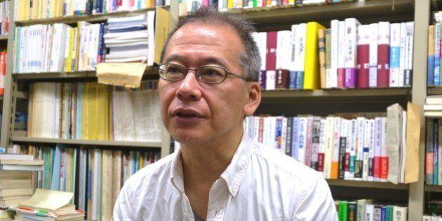 インタビューに答える東京大学の佐藤俊樹教授=東京都目黒区