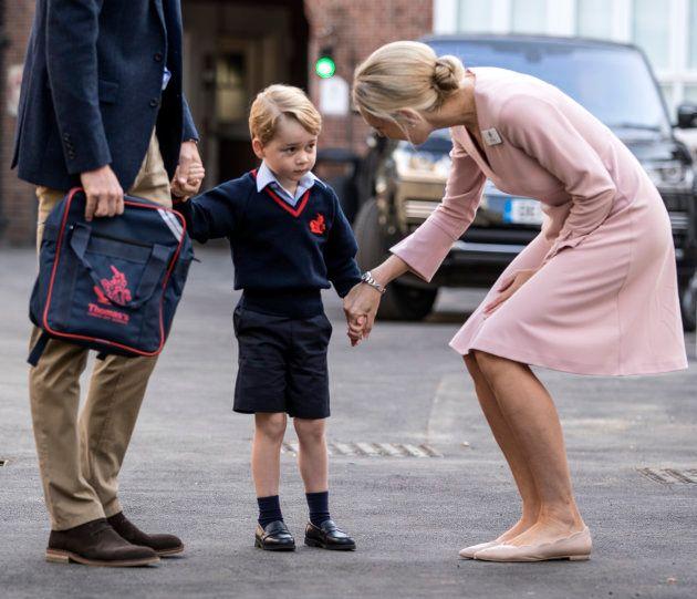 ジョージ王子、緊張してる?パパの手をぎゅっと握って初登校