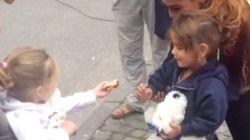 ドイツの女の子、入国した難民の子にお菓子をプレゼント「ようこそ」