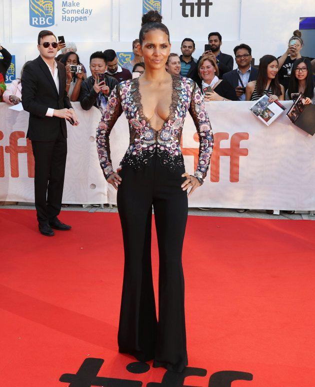 トロント国際映画祭のレッドカーペットを歩くハル・ベリー。