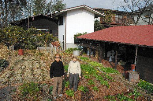 ●庭の畑に立つ津端修一さん(左)と妻の英子さん=2009年1月、愛知県春日井市(朝日新聞)