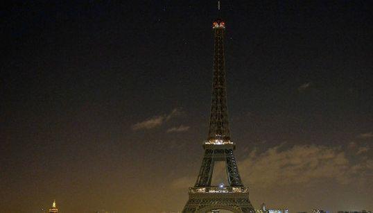 エッフェル塔、パリ銃撃の犠牲者追悼し、灯りを消す(画像)