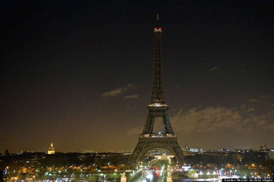 【パリ銃撃】エッフェル塔、犠牲者を追悼し灯りを消す(画像)