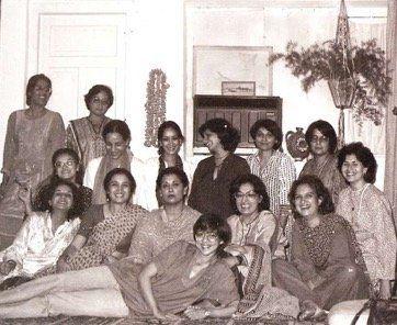 この写真はパキスタンの英文新聞The Friday Timesの2006年11月16日の記事からLala Rukh  の追悼記事も書いているNCAのSehr Raja教授の許可を得て転載。なおRaja氏の記事は  http://www.artnowpakistan.com/lala-rukh-a-visual-synopsis/で読むことができる。