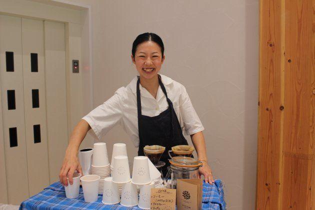 内覧会では、まちの保育園 六本木の軒下にある「まちの本とサンドイッチ」店長の原綾さんがコーヒーや紅茶をサービス