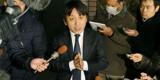 報道陣の質問に答える菅野完氏(中央)=3月15日、東京都港区